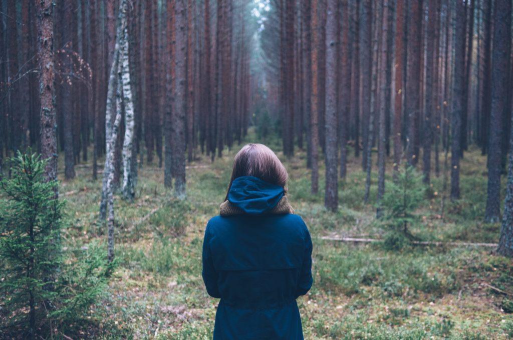 HEmociones Mujer en el bosque